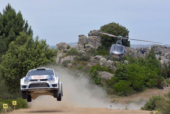 Sebastien Ogier fliegt auf Sardinien zum Sieg - Foto: Volkswagen Motorsport