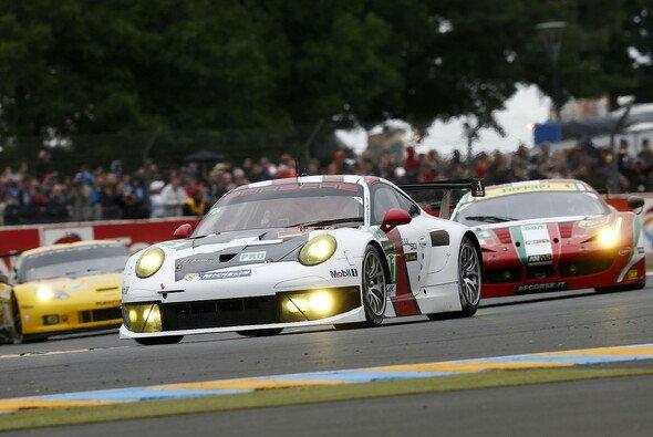 Drei verschiedene GTE-Boliden beim Kampf in Le Mans 2013