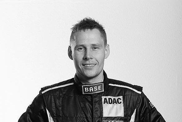 Allan Simonsen bei einem Fototermin im Farnbacher-Rennanzug