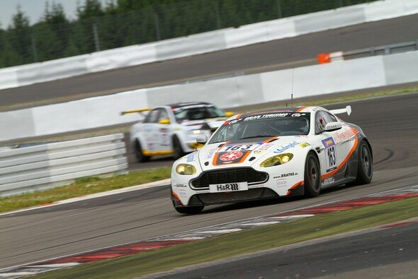 Mathol Racing hatte beim dritten VLN-Lauf viel zu tun