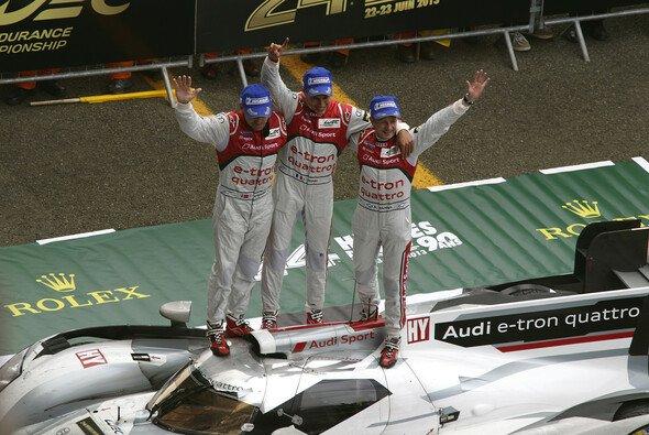 Am Ziel seiner Träume: Loïc Duval mit Allan McNish und Tom Kristensen in der Stunde des Triumphs
