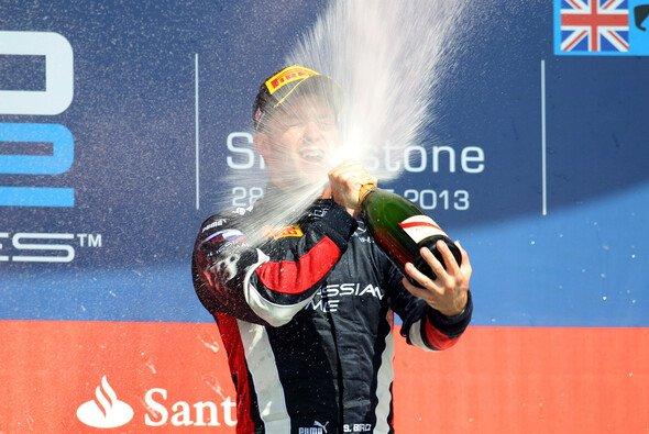 Erfrischung für Sam Bird: Der Champagner explodiert förmlich im Gesicht des Heimsiegers