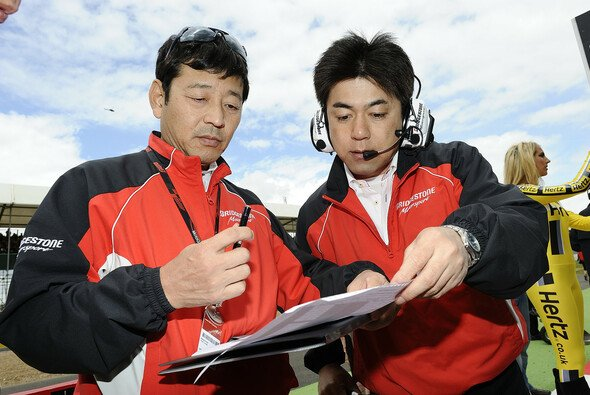 Hiroshi Yamada und Masao Azuma bei der Analyse der Reifen-Daten in Termas de Rio Hondo.