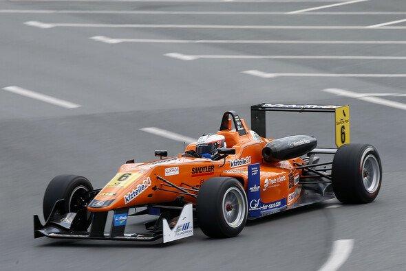 Felix Rosenqvist startet Rennen eins von der Pole Position