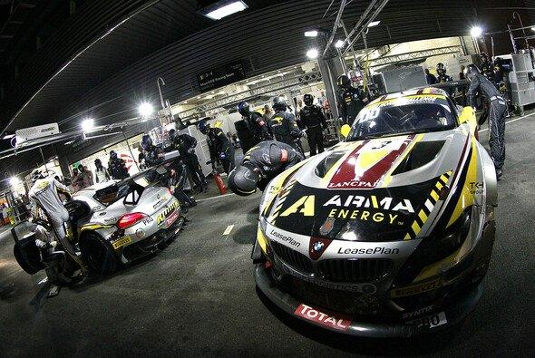 Zwei der drei Marc-VDS-BMW-Coupés vor der Box des Teams