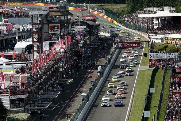 Der Start zum 24-Stunden-Rennen in Spa-Francorchamps 2013