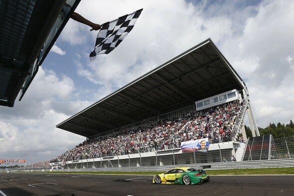 Mike Rockenfeller trug sich als Erster in die Siegerliste ein - Foto: Audi