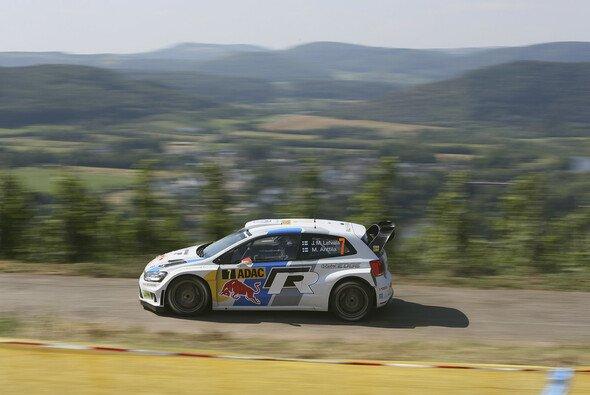 Jari-Matti Latvala liefert sich an der Spitze ein Duell mit Thierry Neuville - Foto: Volkswagen Motorsport