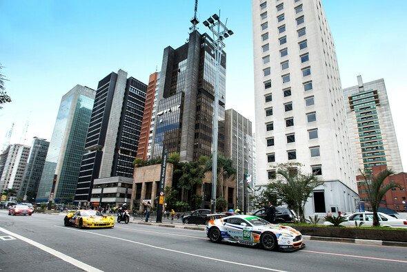 Beim Showrun in der Stadt präsentierte Aston Martin Racing das neue Design des Boliden Sennas - Foto: Jeff Carter