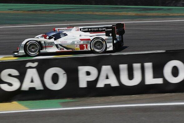 Der Audi R18 mit der Nummer eins auf seinem Weg hinab ins Senna-S - Foto: Audi