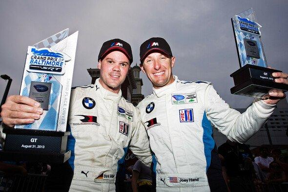 Dirk Müller (links) und Joey Hand nach ihrem Podestplatz beim Stadtrennen in Baltimore - Foto: BMW