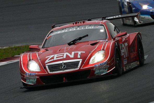 Der siegreiche Lexus SC430 auf dem feuchten Fuji Speedway