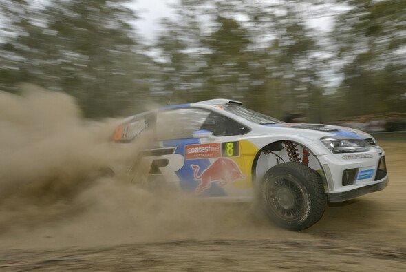 Sebastien Ogier driftet der Konkurrenz davon - Foto: Volkswagen Motorsport
