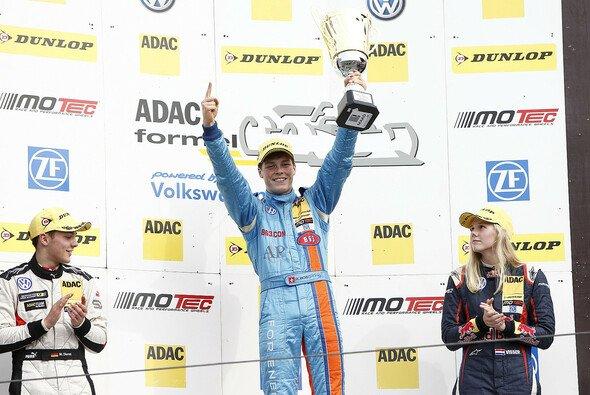 Erster Sieg für Rookie Ralph Boschung im ADAC Formel Masters - Foto: ADAC Formel Masters