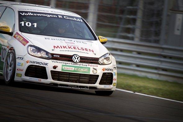 Andreas Mikkelsen stimmte sich schon mal auf Asphalt als Untergrund ein - Foto: Volkswagen