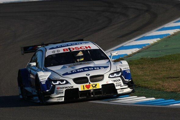 Dirk Werner zeigt beim Saisonfinale auf - Foto: BMW AG