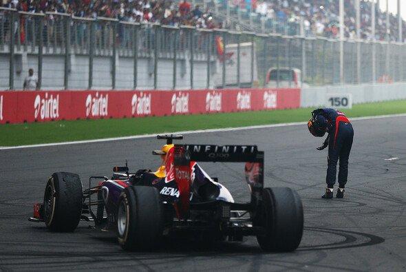 Sebastian Vettel verneigt sich vor seinem Red Bull RB9 - Foto: Red Bull