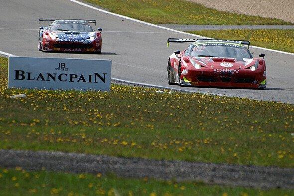 Zwei Ferrari-Boliden während des heurigen Blancpain 1000 auf dem Nürburgring