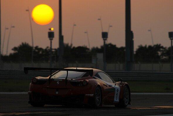 Der AF-Corse-Ferrari im Dämmerlicht auf dem Yas Marina Circuit