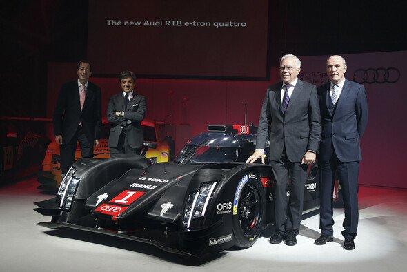 Dr. Wolfgang Ullrich und Dr. Ulrich Hackenberg mit dem neuen Audi R18 e-tron quattro