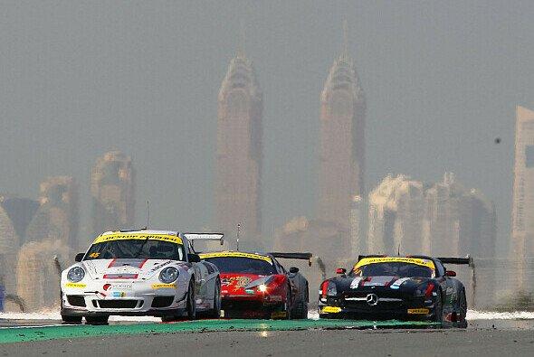 Keine Fata Morgana: In Dubai stehen Wolkenkratzer und Wüste eng beisammen - Foto: PoLe Racing