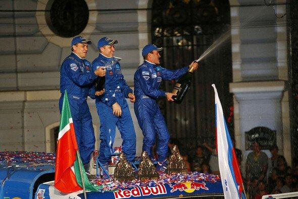 Andrey Karginov feiert mit seinem Kamaz-Team den ersten Dakar-Sieg