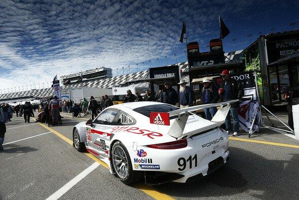 Der Porsche 911 um Lietz, Pilet und Tandy im Boxenbereich der Daytona-Strecke