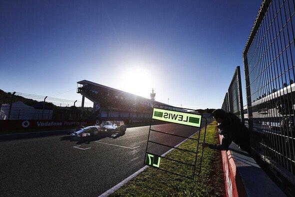 Lewis Hamilton nimmt erst wieder bei den Tests in Bahrain im Mercedes Platz