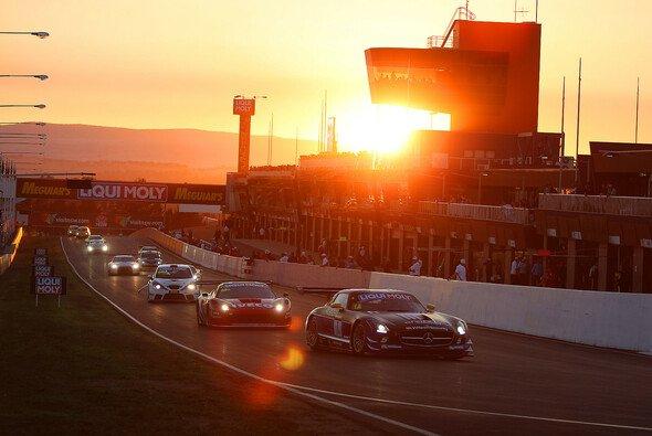 Sonnenaufgang beim 12-Stunden-Rennen von Bathurst 2014 - Foto: Richard Craill