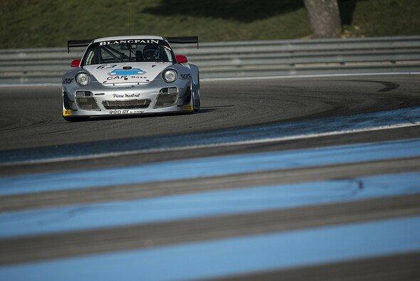 Nicht so allein an der Spitze wie es aussieht: Perera holt im Porsche die erste Bestzeit nur knapp