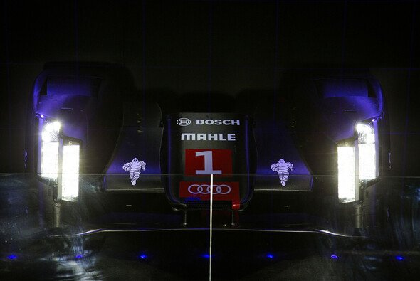 Die Laser-Scheinwerfer des Audi R18 im dunklen Licht einer Presseveranstaltung