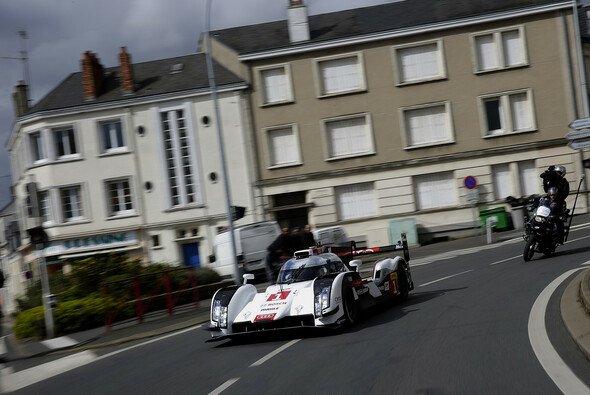 Tom Kristensen pilotierte den Audi R18 e-tron quattro durch die Straßen von Le Mans