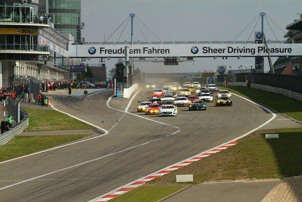 Der Start zum diesjährigen 24h-Qualifikationsrennen - mit Mercedes in Front - Foto: Patrick Funk