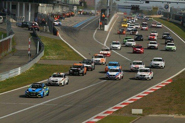 Die BMW M235i Racing mischen das ohnehin bunte Starterfeld noch einmal auf