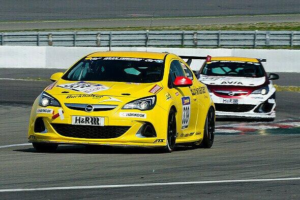 Willy Hüppi und Michael Brüggenkamp spulten in ihrem knallgelben Burkhalter-Opel Astra OPC Cup zuverlässig ihre Runden ab