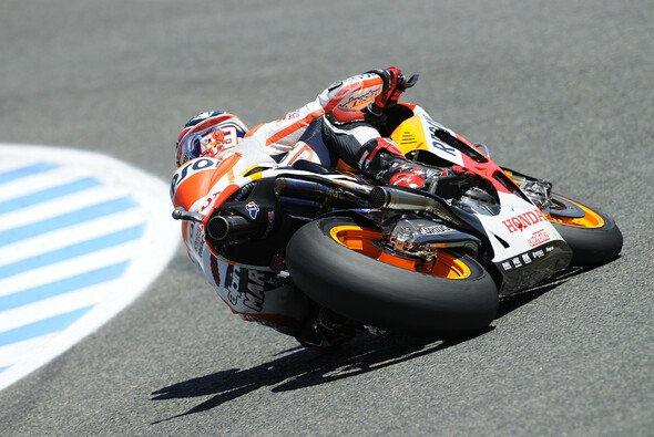 Marc Marquez fährt dem Feld weiter voran