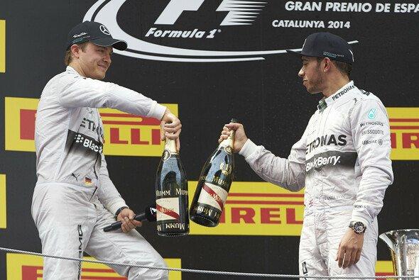 2014 ein gewohntes Bild: Nico Rosberg und Lewis Hamilton stoßen auf einen Doppelsieg an