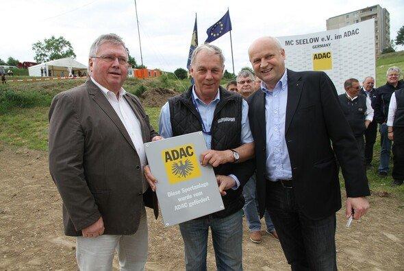 Übergabe der ADAC Förder-Tafel an den MC Seelow im Rahmen der Autocross-Europameisterschaft. (v.l.n.r.) Dieter Junge, (Vergabeausschuss); Rudolf Kulicke, (MC Seelow); Bernd Barig, (ADAC)