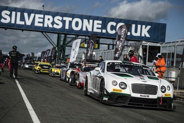 Ein Bentley Continental GT3 in der Boxengasse des Silverstone Circuit
