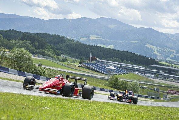 Männerauto trifft Damenfahrzeug: 1988er Ferrari gegen 2013er Red Bull