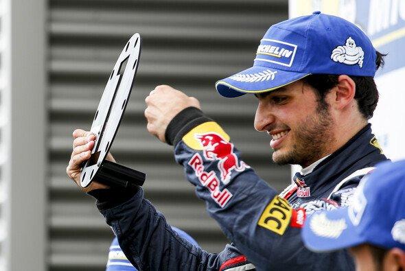 Carlos Sainz Junior gibt in der Formel Renault den Ton an