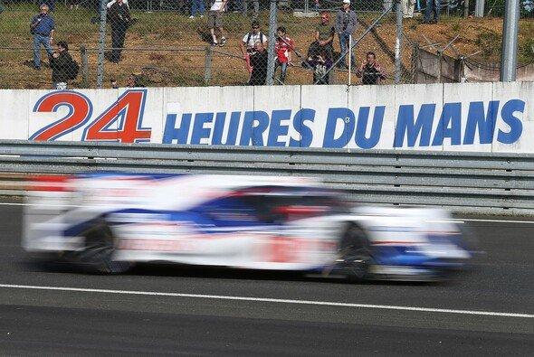 Ein Toyota TS040 Hybrid während der offiziellen Testfahrten auf dem Circuit de la Sarthe - Foto: Toyota
