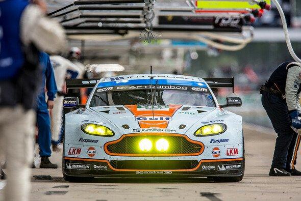 Der Aston Martin um Alex MacDowall, Darryl O'Young und Fernando Rees in Le Mans