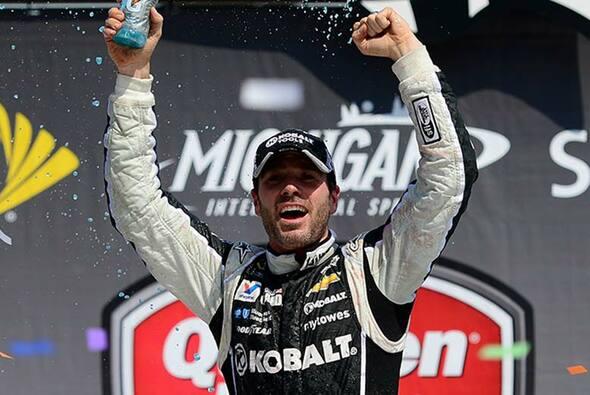 Jimmie Johnson gewinn zum ersten Mal auf dem Michigan International Speedway