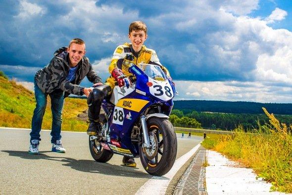 Jonas Folger unterstützte seinen Cousin Valentin Folger vor Ort - Foto: ADAC