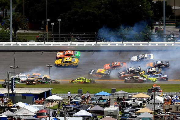 Big One in Runde 21 - Foto: NASCAR