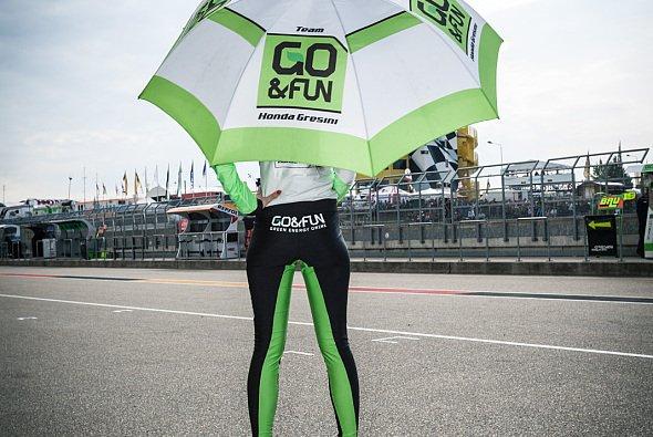 Brauchen die Grid Girls ihre Schirme am Sonntag selbst? - Foto: Motorsport-Magazin.com/Simninja
