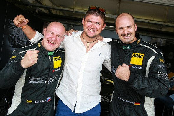 Martin Prokop informierte sich bei seinem Landsmann Tomas Enge über das ADAC GT Masters - Foto: ADAC GT Masters