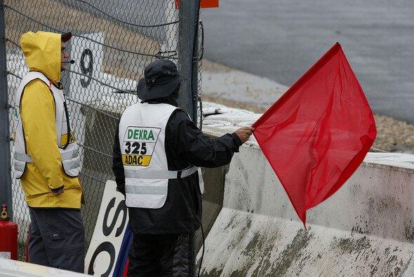 Ein Streckenposten musste während der Trainingstage auf dem Nürburgring sein Leben lassen - Foto: FIA F3