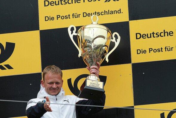 Stefan Reinhold freut sich über zwei Titel - Foto: BMW AG